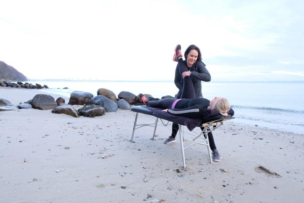 Din fysioterapeut i Århus: Fysioterapeut i aktion på stranden ved Århus