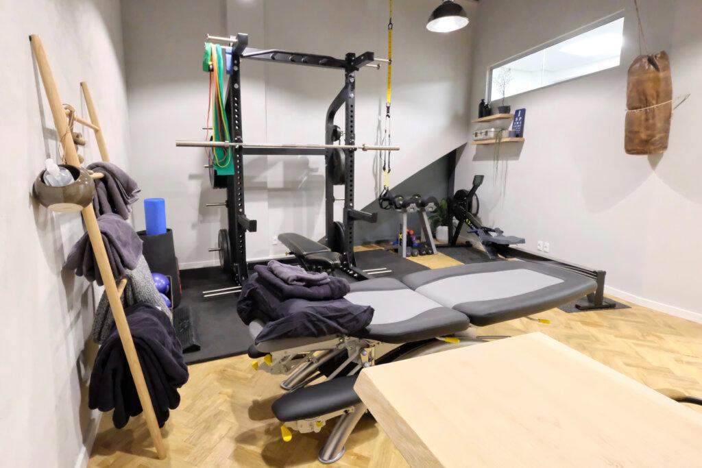 Klinik med træningsfaciliteter - fysioterapi og ART behandling